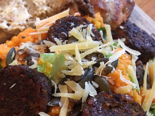 Salade met worteldressing en falafel