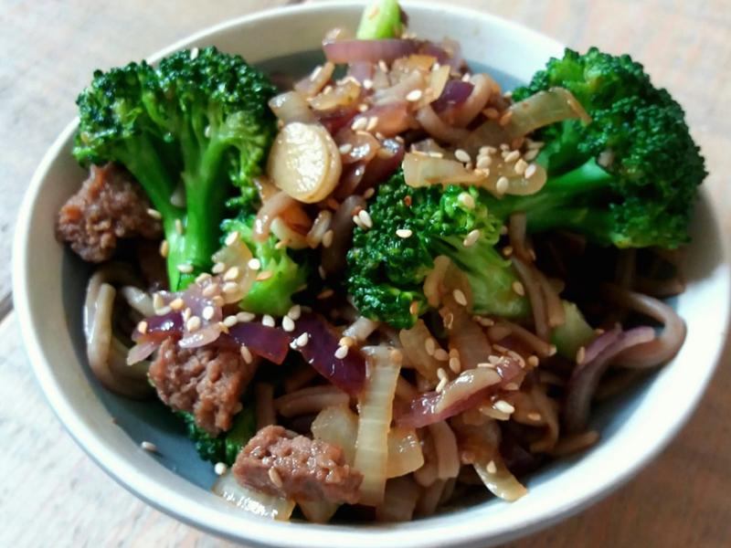 Aziatische noodles met broccoli, rode ui en rundvlees