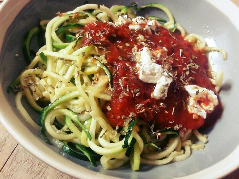 Courgette spaghetti met saus van geroosterde tomaten